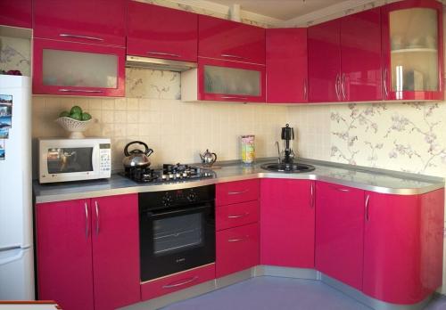 Фото дизайн кухни в малиновой цвете